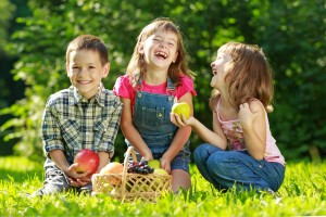 laughing kids with apples